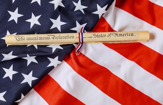 Rouleau De Parchemin De La Déclaration D'indépendance Avec Le Drapeau Américain Photo Premium
