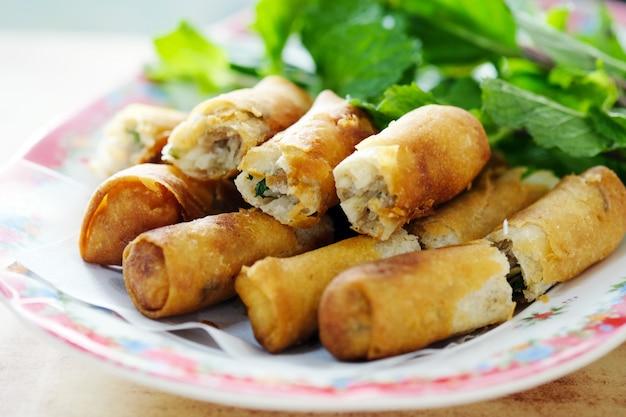 Rouleau de printemps frit, apéritif asiatique Photo Premium