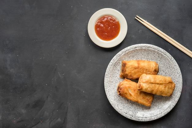 Rouleau de printemps thaïlandais frit sur assiette Photo Premium
