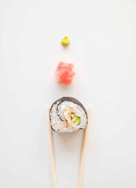 Rouleau de sushi aligné avec des épices Photo gratuit