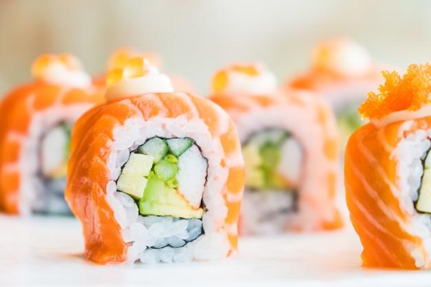 Rouleau de sushi au saumon Photo gratuit