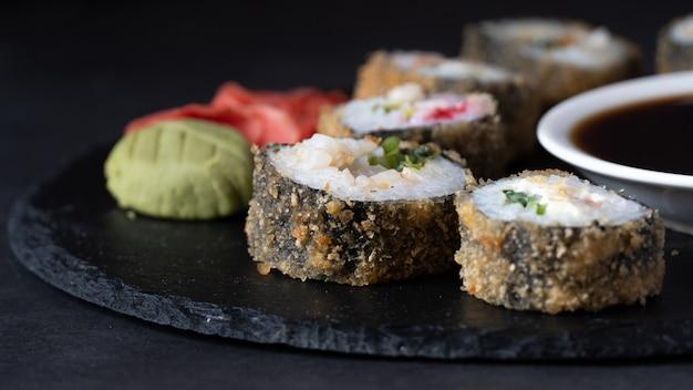 Rouleau De Sushi Chaud Au Saumon, Anguille, Thon, Avocat, Crevette Royale, Fromage à La Crème Philadelphie, Tobica Au Caviar, Chuka. Photo Premium