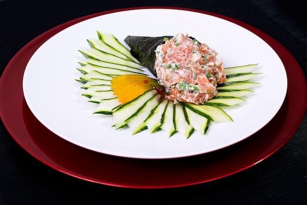 Rouleau De Sushi De Cuisine Japonaise Asiatique Temaki Avec Du Poisson Frais Et Des Légumes Photo Premium