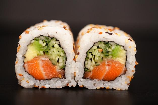 Rouleau de sushi japonais au saumon et concombre Photo Premium