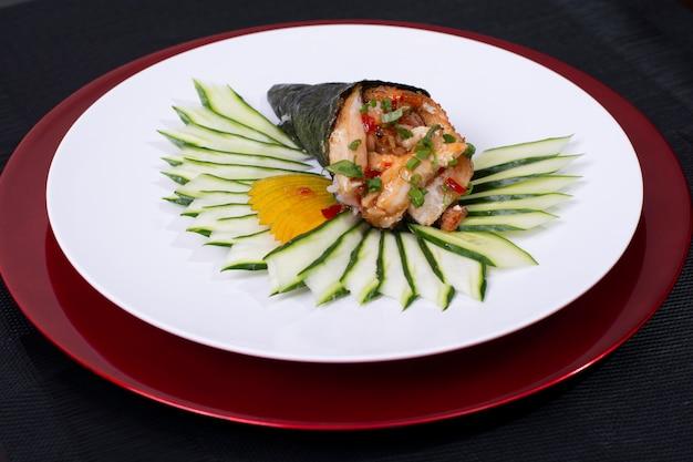 Rouleau De Sushi Japonais Temaki Avec Poisson Frais Et Légumes Photo Premium