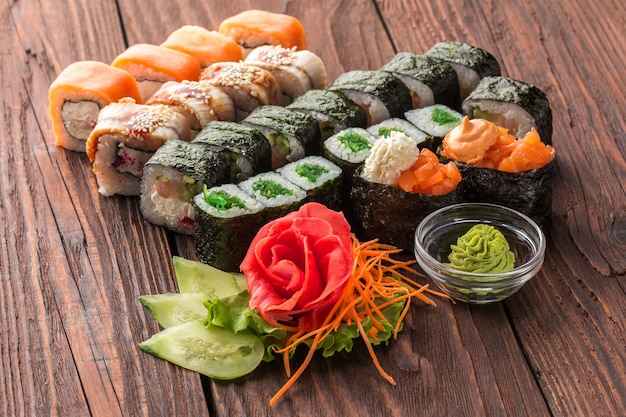 Rouleau et sushi sur la table en bois. Photo Premium