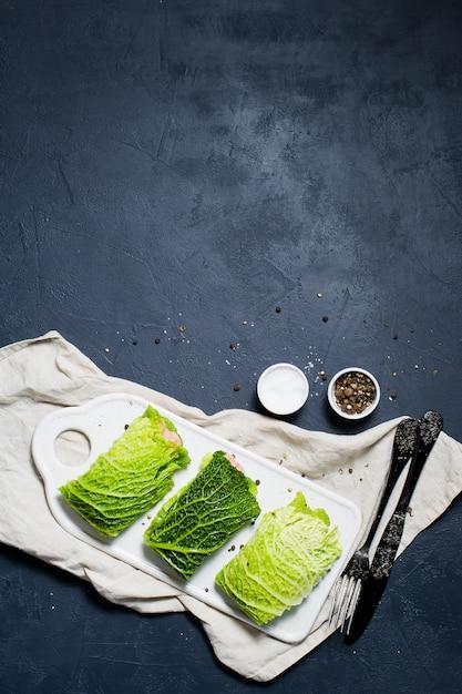 Rouleaux de chou de savoie farcis à la viande et aux légumes. Photo Premium