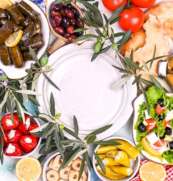 Rouleaux de chou turc et diverses collations de la cuisine nationale Photo Premium