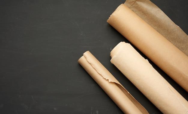 Rouleaux De Papier Parchemin Brun Sur Fond De Bois Photo Premium