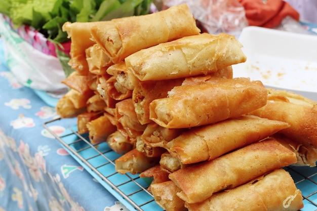 Rouleaux de printemps au street food Photo Premium
