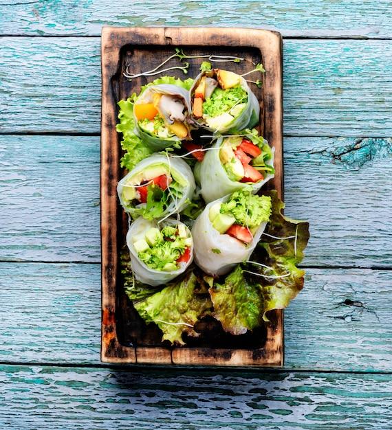 Rouleaux de printemps aux légumes Photo Premium