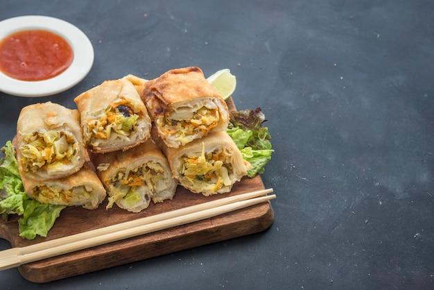 Rouleaux de printemps chinois frits avec sauce chili douce Photo Premium