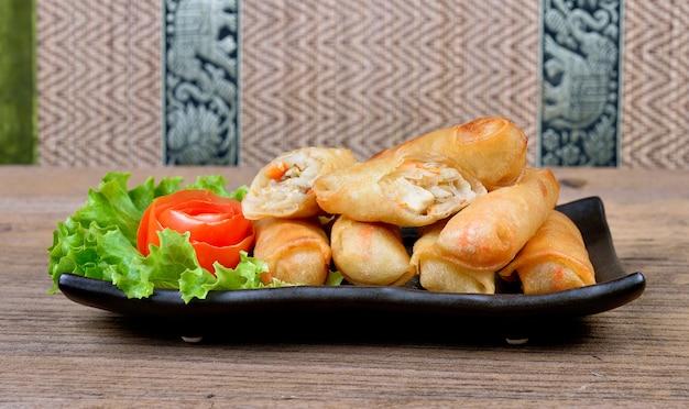 Rouleaux de printemps frits de la cuisine thaïlandaise. Photo Premium