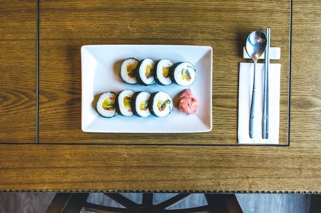Rouleaux de riz traditionnels coréens gimbap avec légumes fermentés Photo gratuit