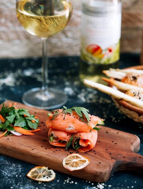 Rouleaux De Saumon Avec Verre De Vin Blanc Photo gratuit