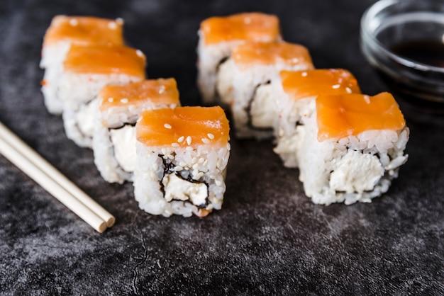 Rouleaux de sushi arrangés avec sauce Photo gratuit