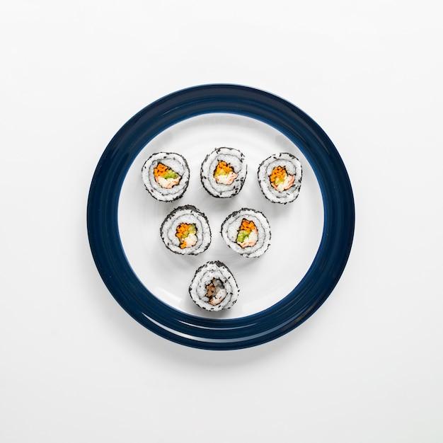 Rouleaux De Sushi Sur Assiette Bleue Et Blanche Photo gratuit