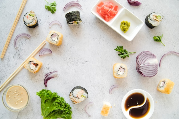 Rouleaux de sushi avec cadre de légumes Photo gratuit