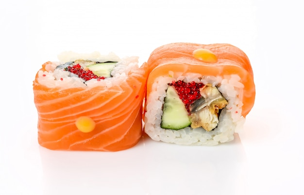 Rouleaux De Sushi Japonais Frais Traditionnels Photo Premium