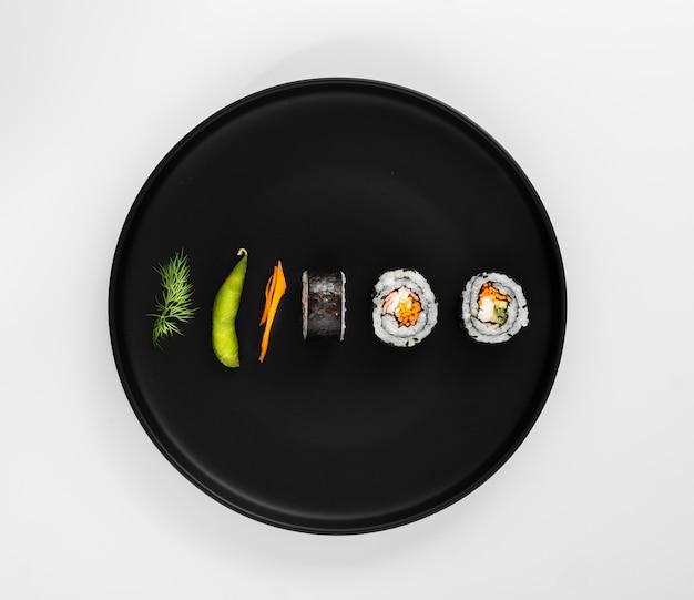 Rouleaux De Sushi Maki Plats Avec Edamame Photo gratuit