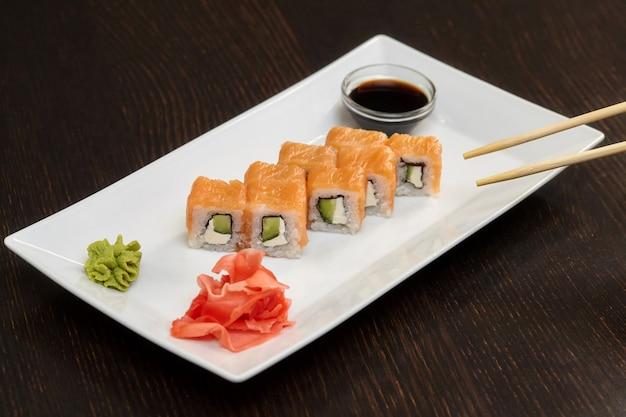 Rouleaux De Sushi Philadelphie Au Saumon, Crème Au Fromage Et Concombre Photo Premium