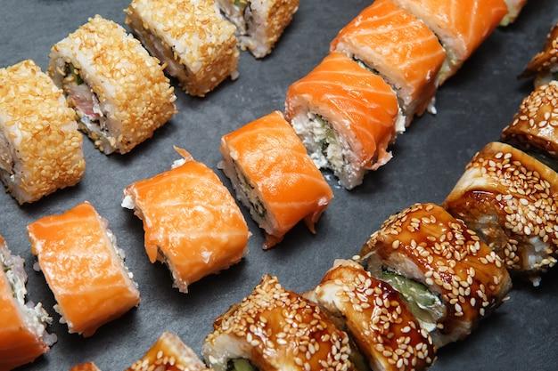 Rouleaux De Sushi Sur Plateau En Ardoise Noire Photo Premium