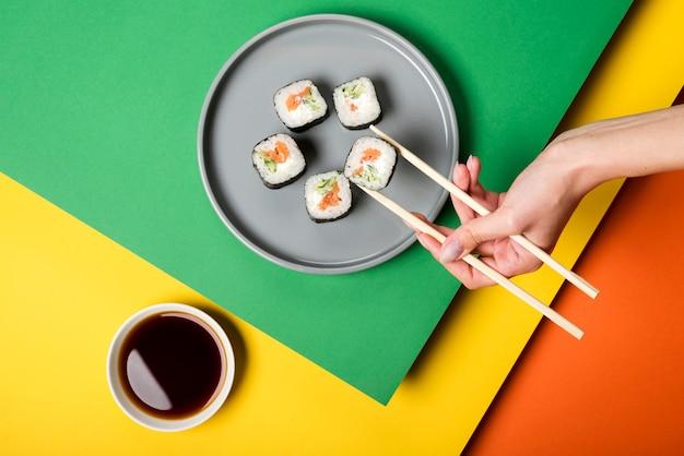 Rouleaux De Sushis Asiatiques Traditionnels Avec Sauce Soja Photo gratuit