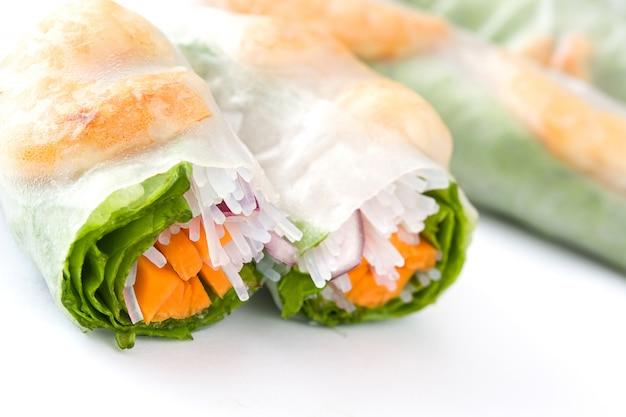 Rouleaux vietnamiens aux légumes, nouilles de riz et crevettes avec sauce chili douce isolated on white Photo Premium