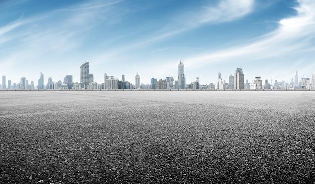 Route D'asphalte Vide Avec Le Paysage Urbain De Shanghai Dans Le Ciel Bleu Photo Premium