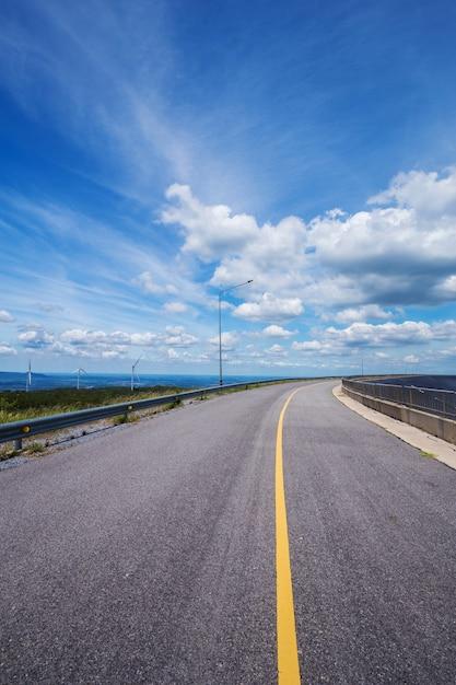 Route asphaltée avec un ciel bleu Photo Premium