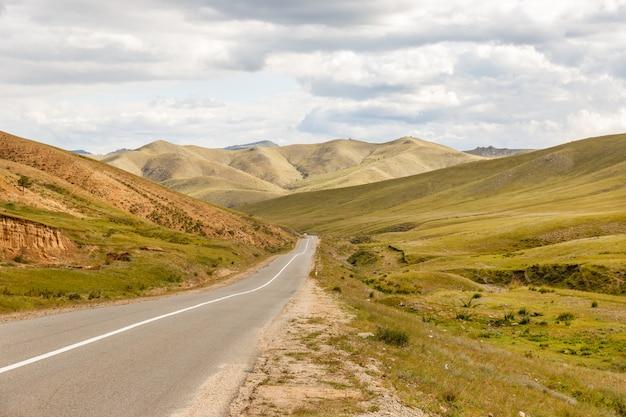 Route asphaltée darkhan-ulaanbaatar en mongolie Photo Premium