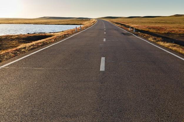 Route asphaltée en mongolie Photo Premium
