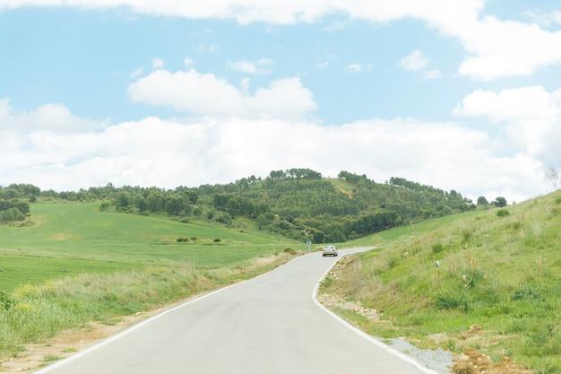 Route asphaltée avec une nature magnifique Photo gratuit