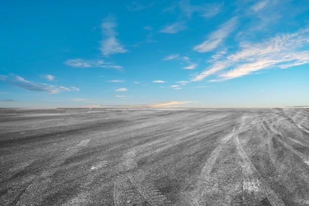 Route asphaltée vide et beau paysage de ciel Photo Premium