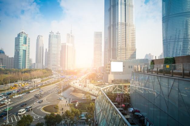Route asphaltée et ville moderne Photo Premium