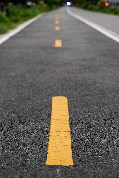 Route cyclable avec un arrière-plan flou Photo gratuit