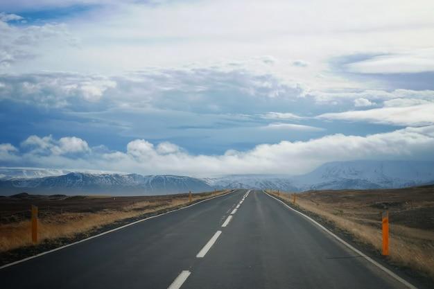 Une Route Dans Un Champ Avec Un Beau Ciel Nuageux Photo gratuit
