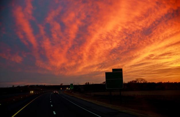 Une route dans un coucher de soleil coloré au texas Photo Premium