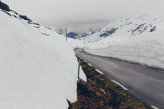 Route enneigée avec de la glace Photo Premium