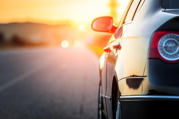 Route floue et voiture, fond de mouvement de vitesse Photo Premium