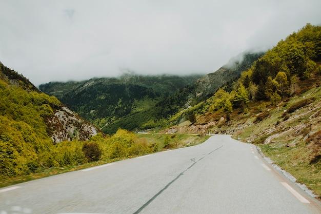 Route moderne entourée de montagnes Photo gratuit