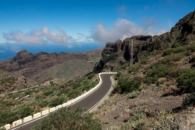 Route de montagne avec fond d'océan Photo gratuit