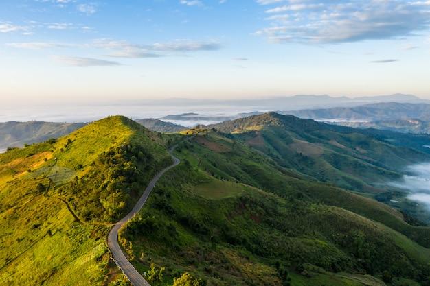 Route de montagne reliant la ville et le fond de ciel bleu au temps du matin chiang rai thaïlande Photo Premium