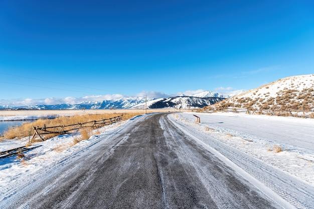 Route Avec De La Neige Et Du Froid Dans Le Parc National De Grand Teton, Wyoming Photo Premium