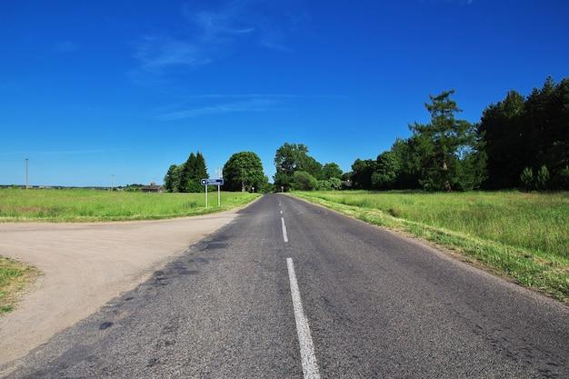 La route sur le pays biélorusse Photo Premium