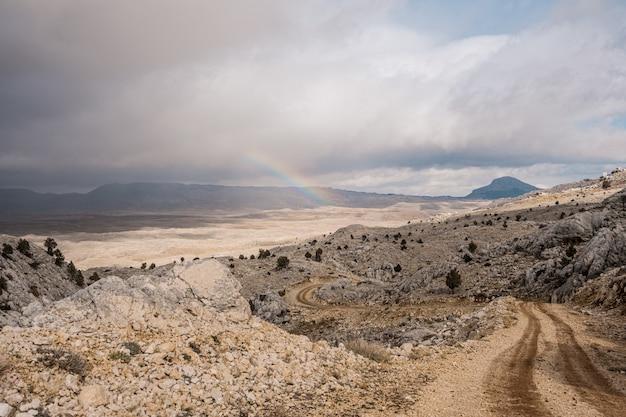 Route Qui Monte Dans Les Montagnes Photo gratuit
