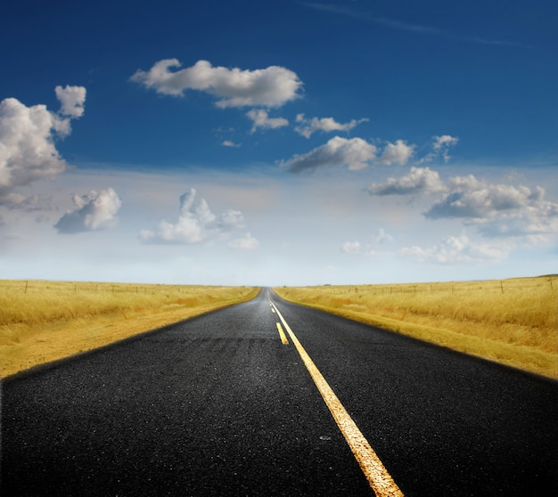 Route solitaire vide Photo Premium