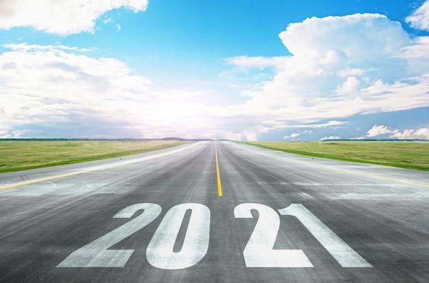 La Route Vers 2021, Les Perspectives D'ouverture D'horizons, De Nouveaux Potentiels. Concept D'avenir Et De Développement Lumineux. Photo Premium