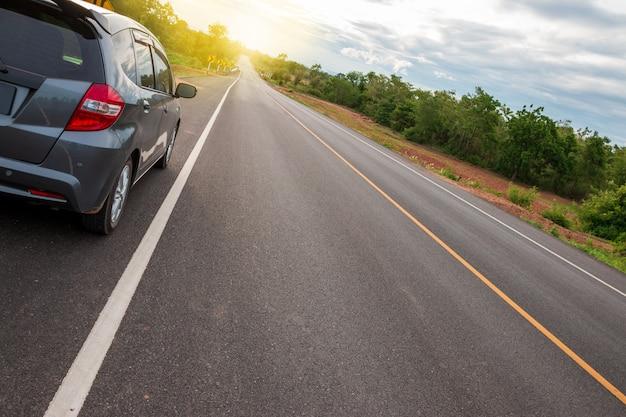 Route et voyage dans l'environnement de la colline au coucher du soleil Photo Premium