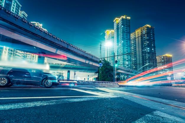 Routes urbaines et lumières brouillées Photo Premium